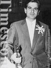 Dilip Kumar winning Filmfare Award