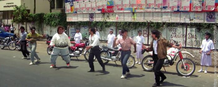 How many friends were there with Shah Rukh in the song 'Koi na koi' in 'Deewana