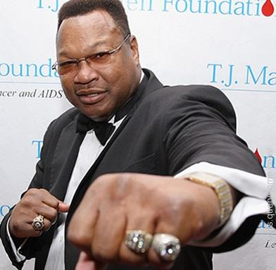 After starting his career with a 48-0 record, Larry Holmes lost his heavyweight title with which fighter?
