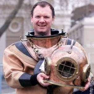 Lloyd Scott wearing Deep-Sea Diving Costume to cause him to set a record slowest time for the course, At the 2002 London Marathon